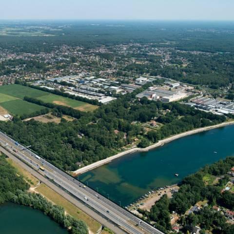 Luchtfoto bedrijventerreinen Kloosterveld en De Zwaan, woonkern, landbouwgebied, snelweg E19 en E10-plas ©POM Antwerpen